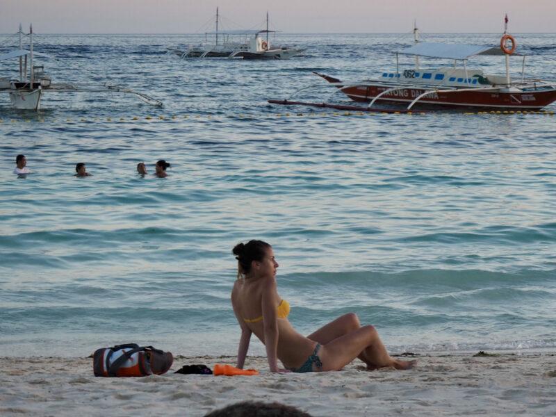 Att sitta på en strand i asien och njuta av solnedgången skulle en hel del vilja kalla för ett paradis