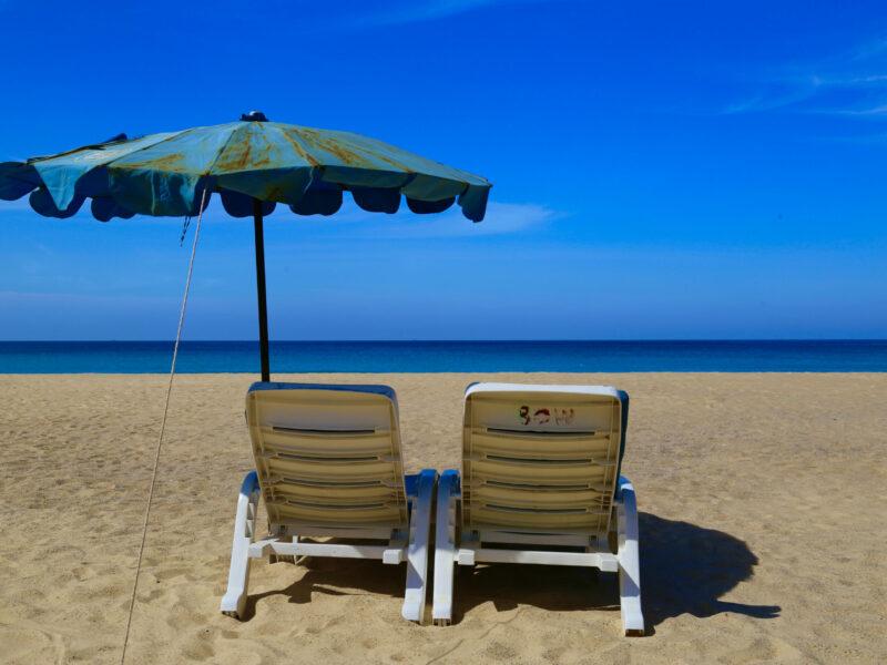 Stolen på stranden väntar på dig.